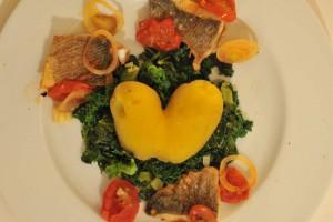Valentinskartoffel auf Spinalt mit Woflsbarsch, Tomate und Zwiebel.