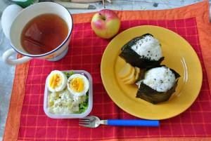 so eine Reiskugel ist schon recht lecker, und vor allem macht sie satt. Ei auf Salat kommt immer gut und der Apfel darf natürlich nicht fehlen. Tee gibt's dazu wie ihr seht.
