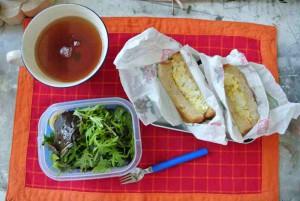 kleine Variation: Sandwich statt Reiskugel, Ei als Brotaufstrich, Brot übrigens selbst gebacken. Es fehlt der Apfel.