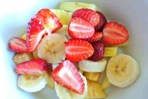 Fruchtjoghurt noch ohne Joghurt. Dafür mit klarer Sicht auf die Erdbeeren, die auch innen rot sind.