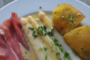 Hier klassisch zubereitet mit Sauce Hollandaise und Katenschinken.