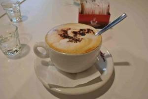 Natürlich darf auch der Cappuccino nicht fehlen. Hier im Moskito Café in Mailand.