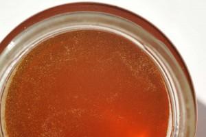 Dieser Honig ist bernsteinfarben und noch ganz flüssig. Er ist erst vor wenigen Tagen geschleudert worden und soll sich noch verfestigen. Auf dem Foto sieht man, dass in dem Honig viele klitzekleine Luftbläschen sind…