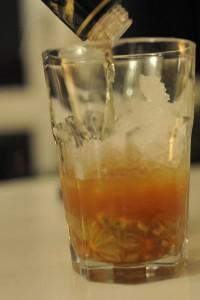 Hier wird gerade der Cachaça ins Glas gegossen.