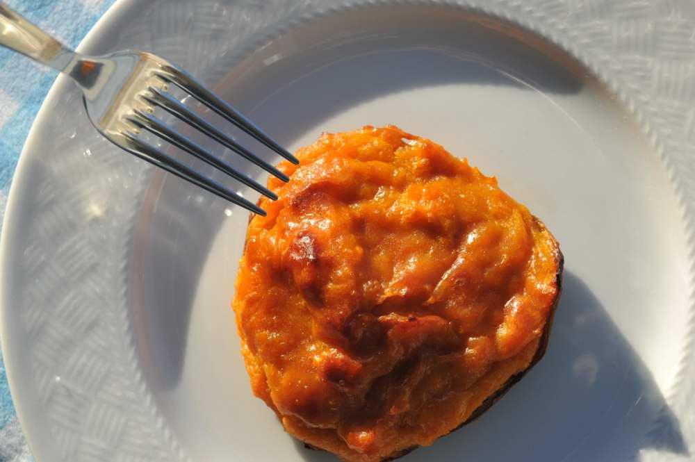Oben auf dem Bild macht die Süßkartoffel noch einen recht raubeinigen Eindruck. Doch als Küchlein oder sagen wir als Tartelette ist sie ein echtes Amuse-Gueule. Das Süßkartoffelküchlein wird in eigener Schale serviert, die kann man natürlich mitessen.